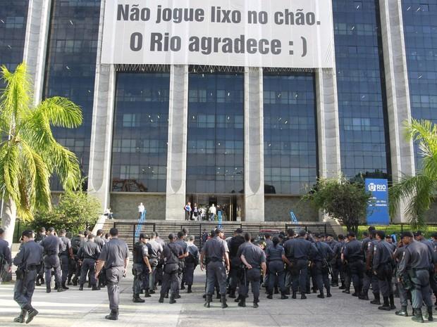 Policiamento reforçado na prefeitura do Rio depois que grupo de motoristas de vans tentaram invadir o prédio (Foto: Domingos Peixoto / Agência o Globo)
