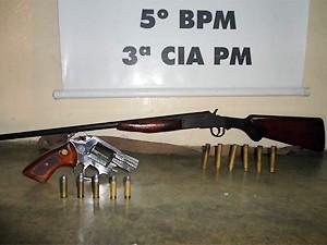 Revólver calibre 38 e espingarda calibre 36 foram apreendidas com munições (Foto: Divulgação/Polícia Militar)