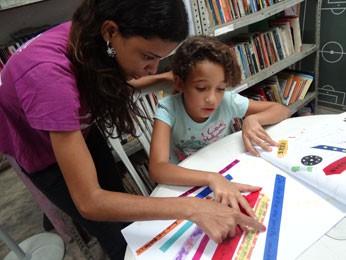 Jully ensina palavras em francês para Kaylane, 9 anos (Foto: Luna Markman/G1)