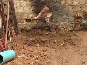 Corpos de namorados foram enterrados em cova rasa no quintal de casa na Bahia (Foto: Reprodução/TV Bahia)