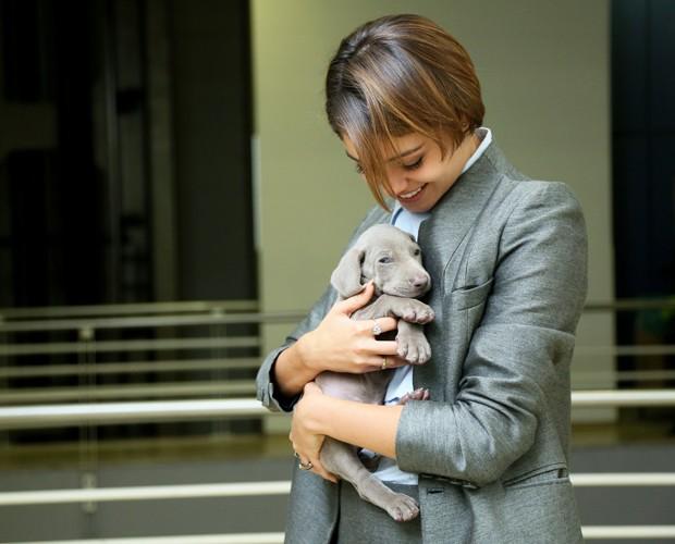 Sophie posa com o cachorrinho Sidarta (Foto:  Isabella Pinheiro / Gshow)