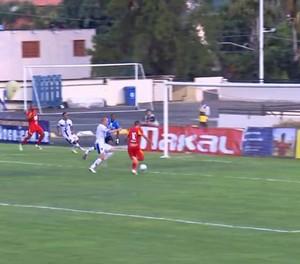 Caio perde gol incrível para o Atlético Sorocaba (Foto: Reprodução / TV TEM)