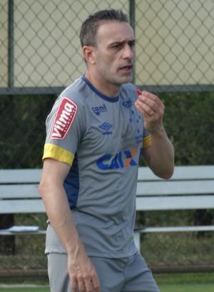 Técnico Paulo Bento orienta treino no Cruzeiro (Foto: Guilherme Frossard)