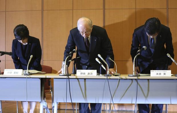 Presidente do instituto de pesquisa Riken, Ryoji Noyori (centro) participa de coletiva de imprensa nesta terça-feira (1º) para anunciar parecer que apontam irregularidades na pesquisa de Haruko Obokata  (Foto: AP Photo/Eugene Hoshiko)