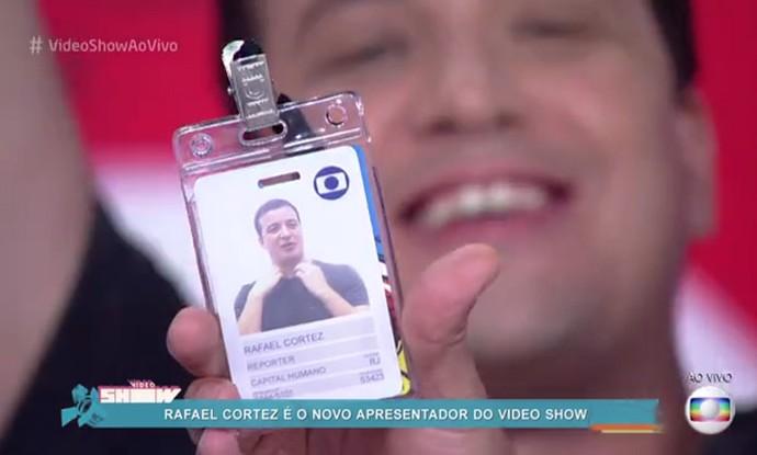 Rafael Cortez mostra seu novo crachá (Foto: TV Globo)