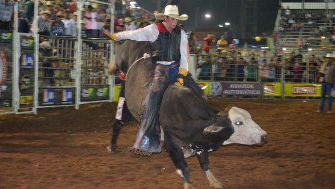 Ramon de Lima durante montaria na Arena de Shows e Rodeio da Expoacre 2013 (Foto: João Paulo Maia)