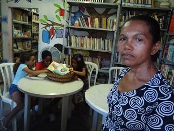 Mesmo sem saber ler e escrever, Nice abriu a biblioteca para afastar violência da comunidade (Foto: Luna Markman/G1)