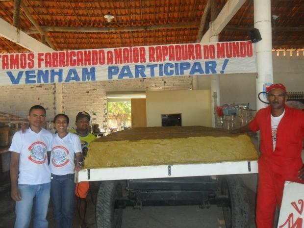 Turistas visitam engenho para conhecer a maior rapadura do mundo, feita no Ceará (Foto: Arquivo Pessoal)