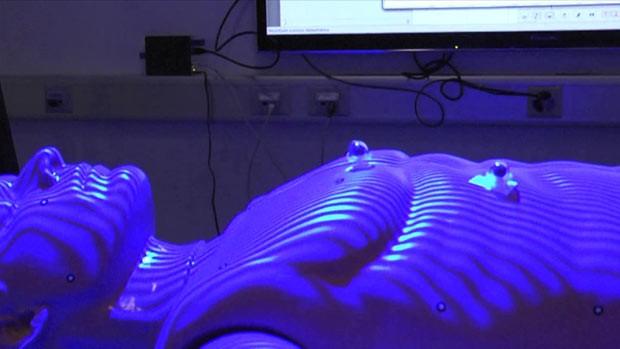 Técnica conhecida como 'virtopsy' faz exames pós-morte com poucas intervenções no corpo para preservar provas essenciais a investigações. (Foto: BBC)