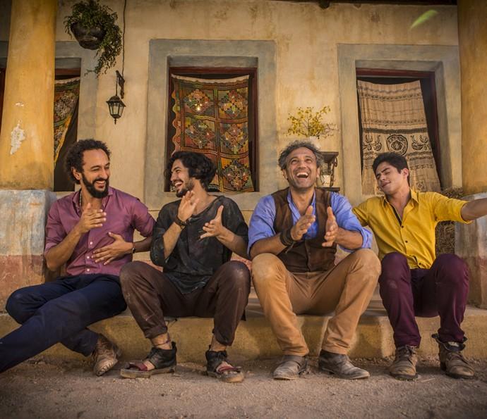 Atores se divertem ao lado de Domingos Montagner (Foto: Inácio Moraes/ Gshow)