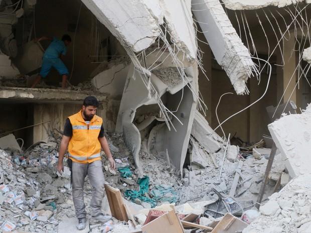 Prédio destruído em ataques aéreos em Tariq al-Bab, próximo a Aleppo, no norte da Síria, foi inspecionado no sábado (30) (Foto: Abdalrhman Ismail/ Reuters)