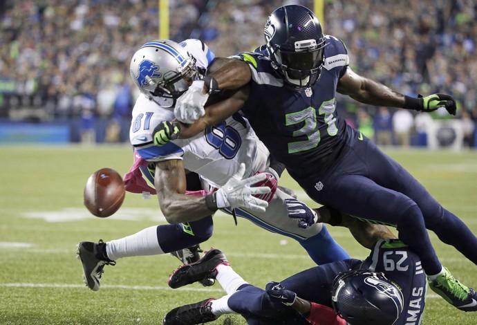 Chancellor consegue tirar a bola das mãos de Johnson na jogada da vitória (Foto: AP Photo/Elaine Thompson)
