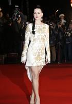 Katy Perry arrasa com pernas de fora em vestido curto e todo bordado