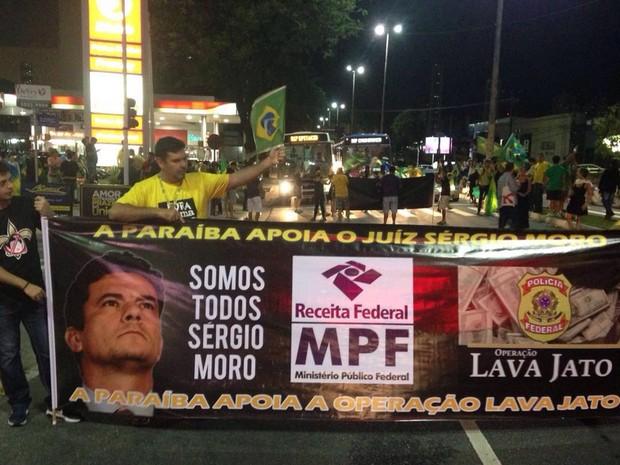 João Pessoa teve manifestação pedindo a renúncia da presidente Dilma (Foto: Walter Paparazzo/G1)