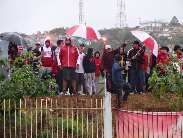 Torcida do Inter vai ao treino mesmo com chuva e frio (Foto: Gabriel Cardoso/Globoesporte.com)