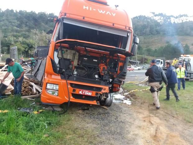 Caminhão carregado com madeiras teve a carga espalha sobre a pista (Foto: PRF/ Divulgação)