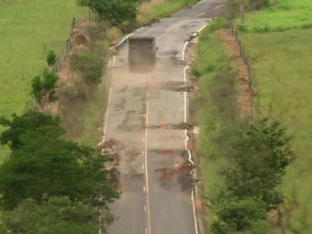 Carros e caminhões trafegam pela contramão para evitar buracos (Foto: Reprodução/ TV TEM)