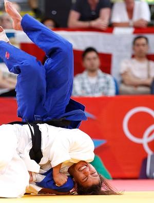 Sarah Menezes aplica um belo golpe em Charline van Snick  (Foto: Reuters)