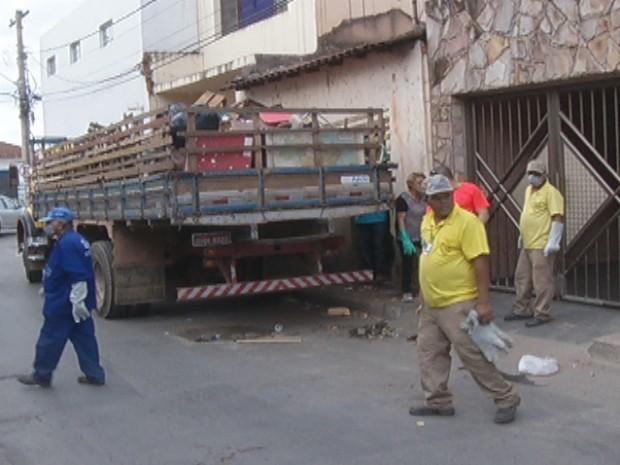 CCZ retirou dois caminhões de lixo em uma casa de Montes Claros. (Foto: Reprodução / Inter TV)