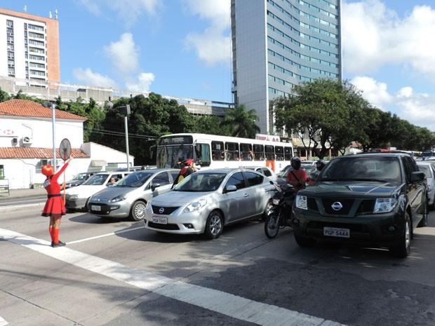 Arte educadores mostram aos motoristas que pardal foi instalado (Foto: Katherine Coutinho/G1)