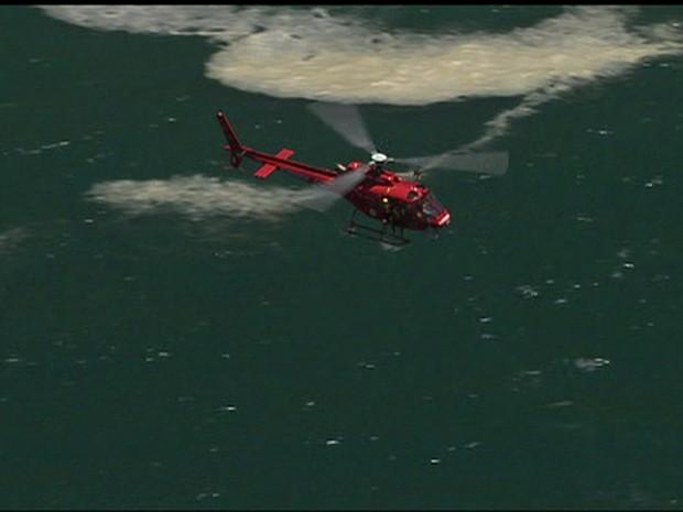 Agentes de reflorestamento avisaram bombeiros, após flagrarem mancha de óleo no mar e destroços de helicóptero no mar da Praia do Perigoso (Foto: Reprodução/TV Globo)