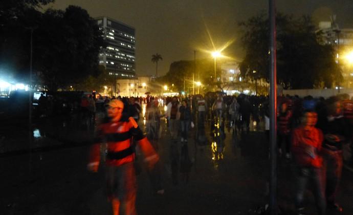 Iluminação deficiente nas proximidades da estátua do Bellini (Foto: Vicente Seda)