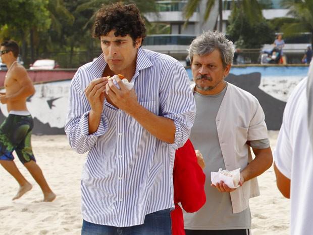 Sem dinheiro e morrendo de fome, Nando rouba um cachorro-quente (Foto: Guerra dos Sexos / TV Globo)