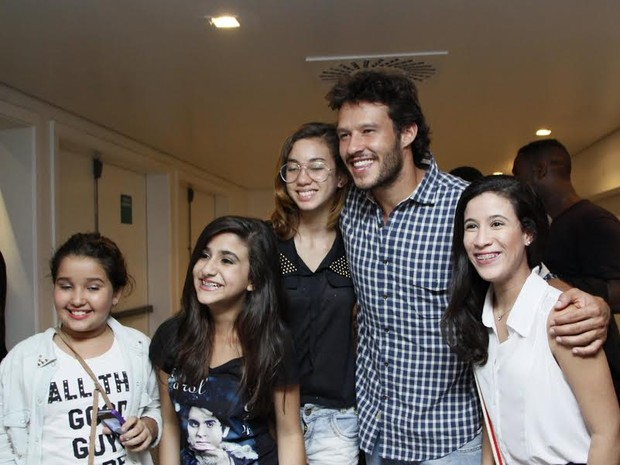 Nando Rodrigues é tietado por fãs (Foto: Graça Paes/Photo RioNews)