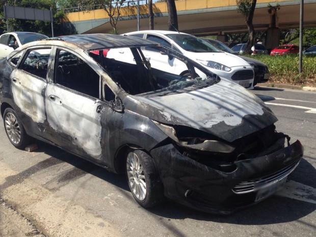 Carro foi incendiado durante ação de bandidos em Santo André (Foto: Glauco Araújo/G1)