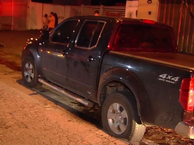 PM atirou contra caminhonete para parar motorista embriagado Goiás Goiânia (Foto: Reprodução/TV Anhanguera)