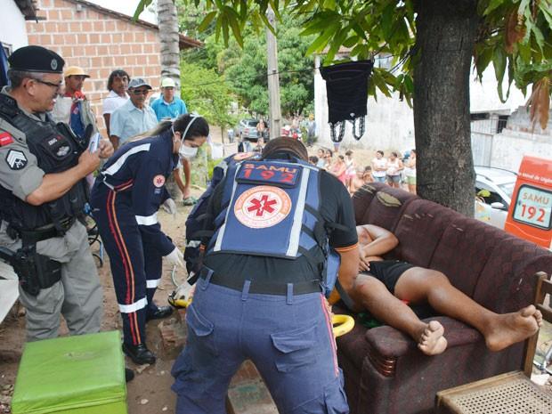 Samu esteve no local e realizou os primeiros procedimentos no adolescente baleado em João Pessoa (Foto: Walter Paparazzo/G1)