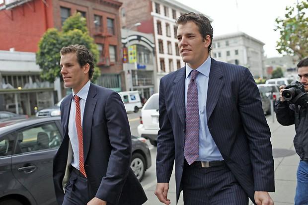 Irmãos Cameron e Tyler Winklevoss deixam o Tribunal de Apelações, após uma audiência sobre a resolução de litígios com o Facebook, em São Francisco. (Foto: Stephen Lam/Reuters)