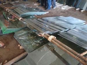 Operário foi atingido por vidraças que estavam sob cavalete que tombou (Foto: Teresa Dias/G1)