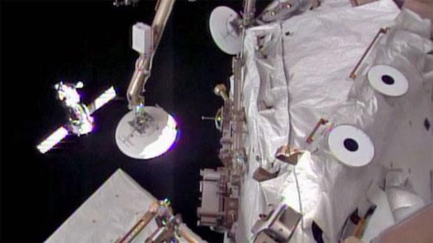 Soyuz a poucos metros da ISS, nesta quinta-feira (Foto: Nasa)