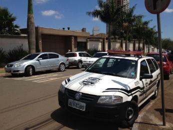 Segundo a policia, quatro homens armados entraram na casa do empresário, em Arapongas. (Foto: Mayra Chagas/RPCTV Londrina)