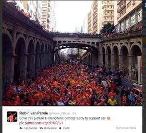 Van Persie publicou foto da invasão holandesa a Porto Alegre na quarta-feira (Foto: Reprodução/Twitter)
