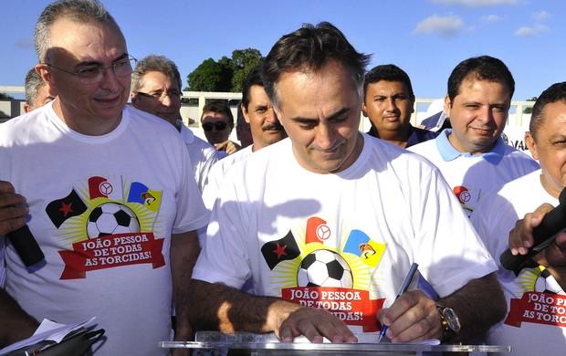 luciano cartaxo assina convênio na graça (Foto: Divulgação / Secom-JP)