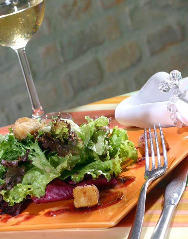 Salada Verde com Brie Croc e Coulis de Frutas Vermelhas (Foto: Divulgação)
