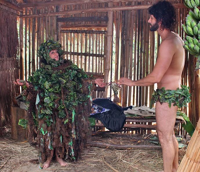 Teodora prova vestido que Tarzan lhe dá de presente (Foto: Juliana Lessa/Gshow)