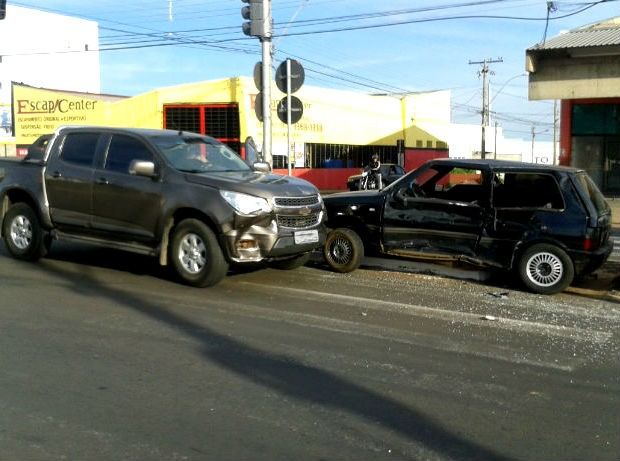 Uno ultrapassa sinal vermelho em cruzamento de São Carlos e causa acidente (Foto: Rodrigo Zanette/G1)