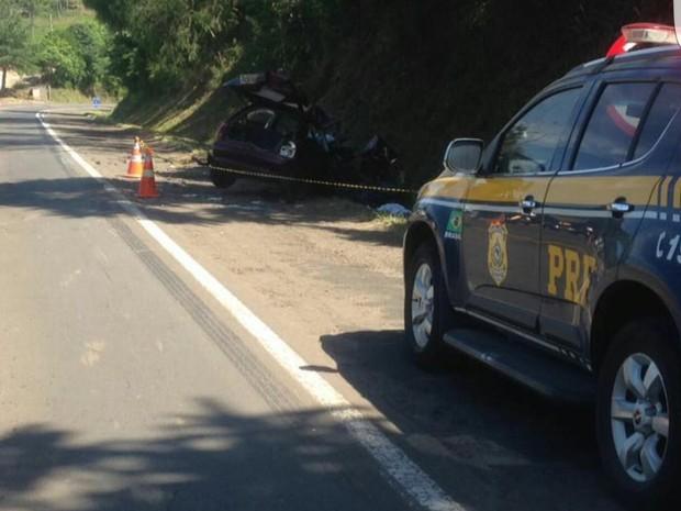 Conforme PRF, carro invadiu pista contrária e bateu em caminhão guincho (Foto: PRF/Divulgação)