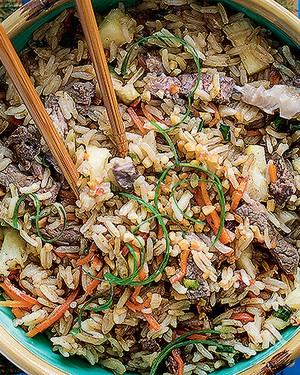 Arroz jasmim frito com carne e abacaxi (Foto: Elisa Correa/Editora Globo)