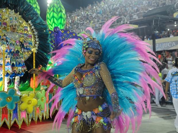 Quitéria Chagas mostra samba no pé durante o desfile da Vila Isabel (Foto: Alexandre Durão/G1)