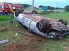 Motorista fica ferido após bater em placa de sinalização e capotar veículo