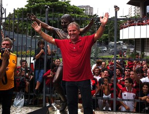 Na véspera dos 60 anos do maior camisa 10, clube inaugura estátua (André Durão / Globoesporte.com)