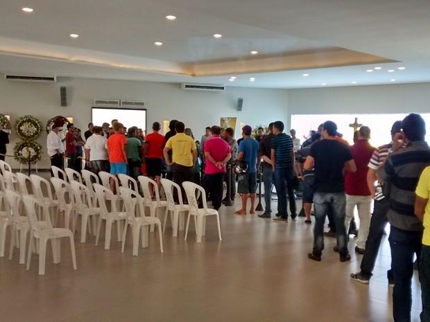 Fãs do humorista Shaolin fazem fila para participar do velório, em Campina Grande (Foto: Artur Lira/G1)