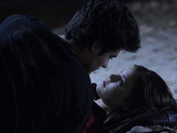 Vitor tenta dar beijo na roqueira, mas ela diz que não quer  (Foto: Malhação / Tv Globo)