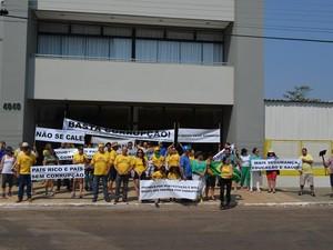 Em Vilhena, cidade do Cone Sul de Rondônia, um grupo de aproximadamente 40 pessoas se reuniu para protestar contra a corrupção no Brasil e no município, na Praça Nossa Senhora Aparecida (Foto: G1)
