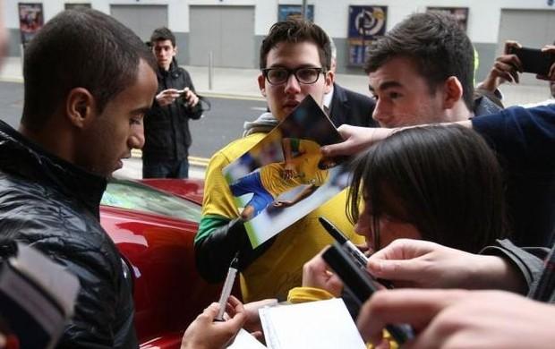 Lucas no hotel da Seleção em Londres (Foto: Mowa Press)