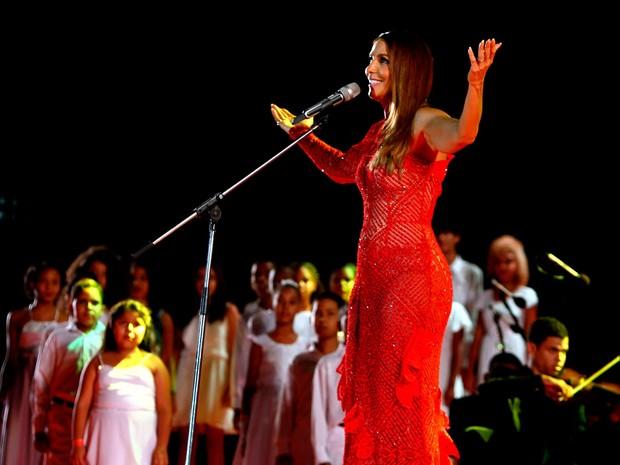 Ivete Sangalo subiu ao palco vestida de vermelho (Foto: Pedro Moraes/GOVBA)